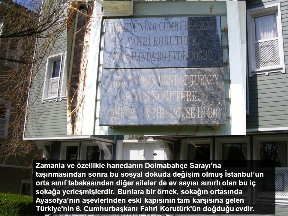 Bu sokakta oturanlar karşıdaki Ayasofya ve arkadaki Topkapı Sarayı ile ilgili kişilerdi. Saray kapısı tarafındaki birinci ev Naziki Tekkesi şeyhinin h