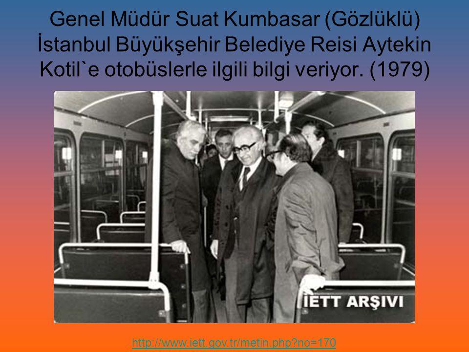 Genel Müdür Suat Kumbasar (Gözlüklü) İstanbul Büyükşehir Belediye Reisi Aytekin Kotil`e otobüslerle ilgili bilgi veriyor. (1979) http://www.iett.gov.t