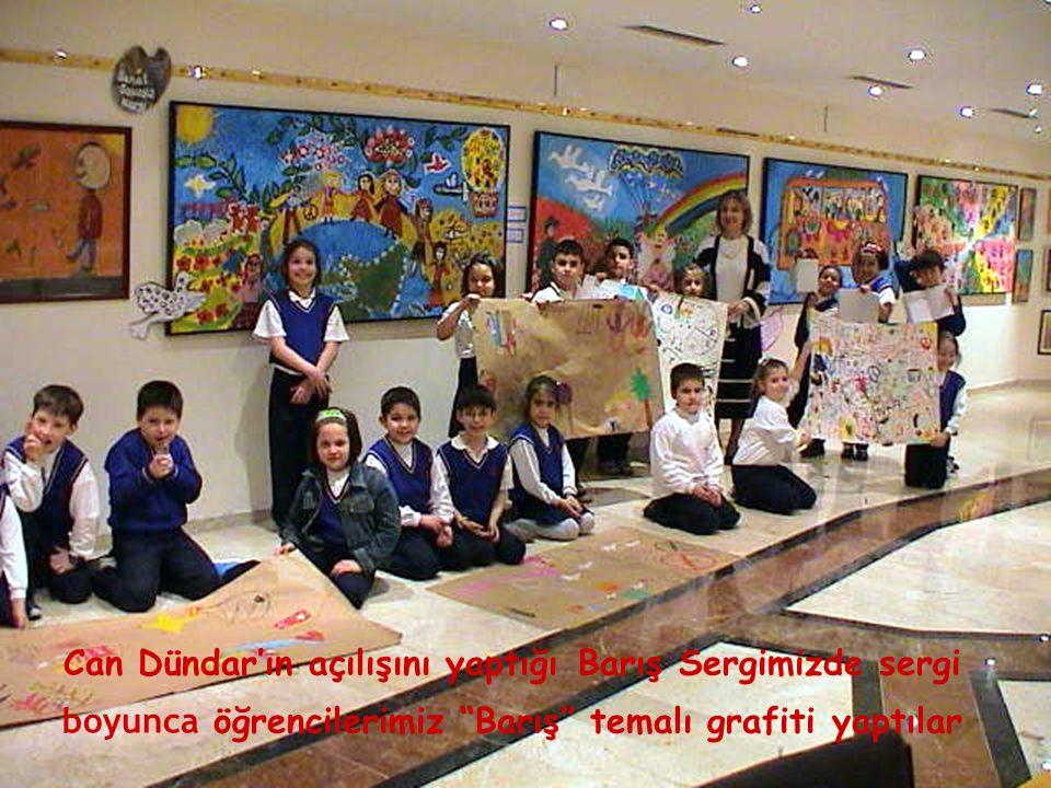 """Can Dündar'ın açılışını yaptığı Barış Sergimizde sergi boyunca öğrencilerimiz """"Barış"""" temalı grafiti yaptılar"""