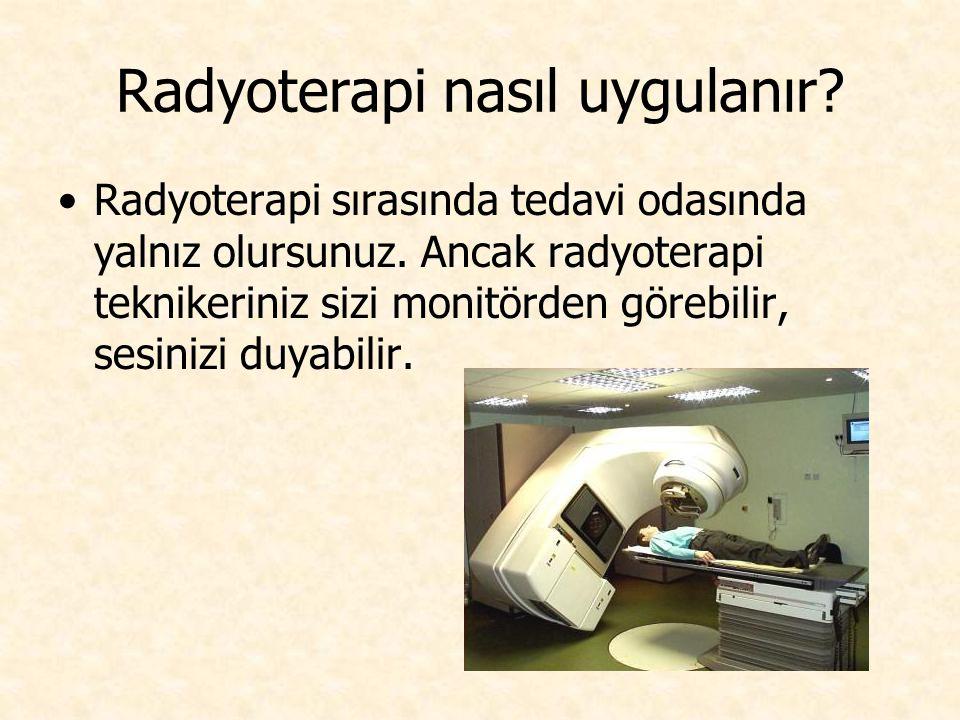 Radyoterapi nasıl uygulanır? Radyoterapi sırasında tedavi odasında yalnız olursunuz. Ancak radyoterapi teknikeriniz sizi monitörden görebilir, sesiniz