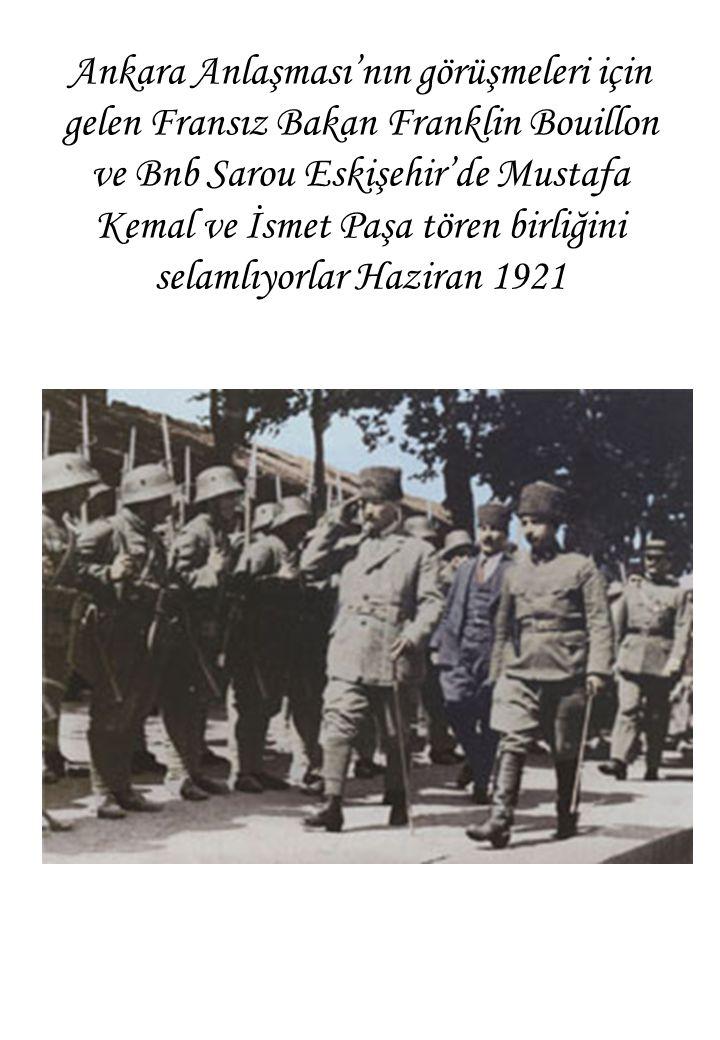 Ankara Anlaşması'nın görüşmeleri için gelen Fransız Bakan Franklin Bouillon ve Bnb Sarou Eskişehir'de Mustafa Kemal ve İsmet Paşa tören birliğini selamlıyorlar Haziran 1921