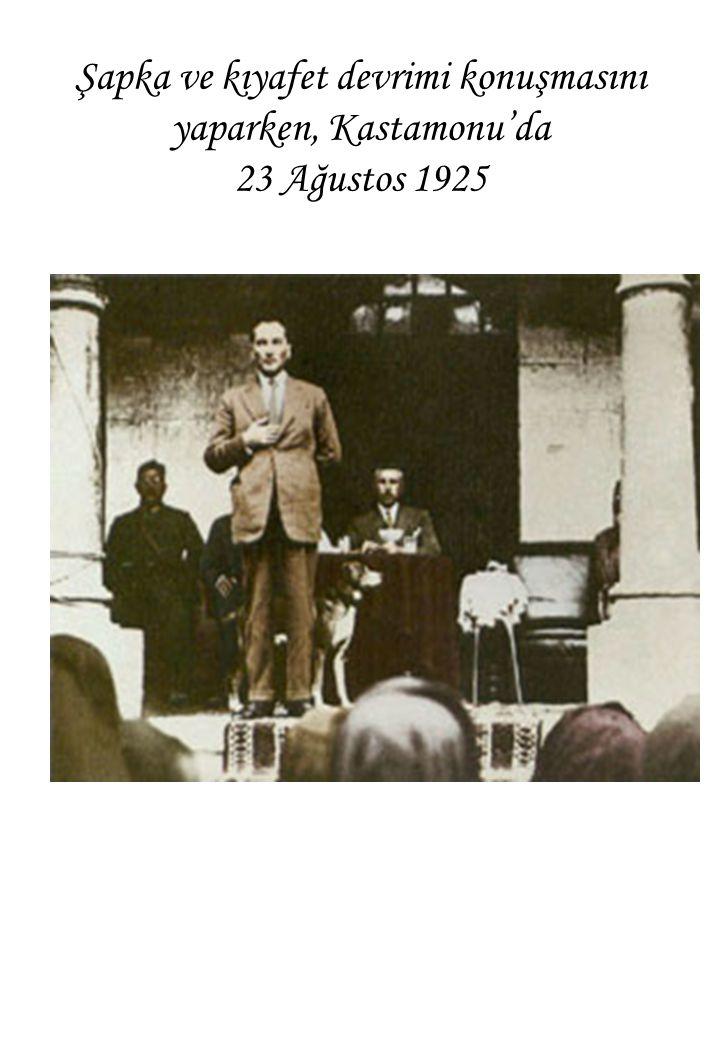 Şapka ve kıyafet devrimi konuşmasını yaparken, Kastamonu'da 23 Ağustos 1925
