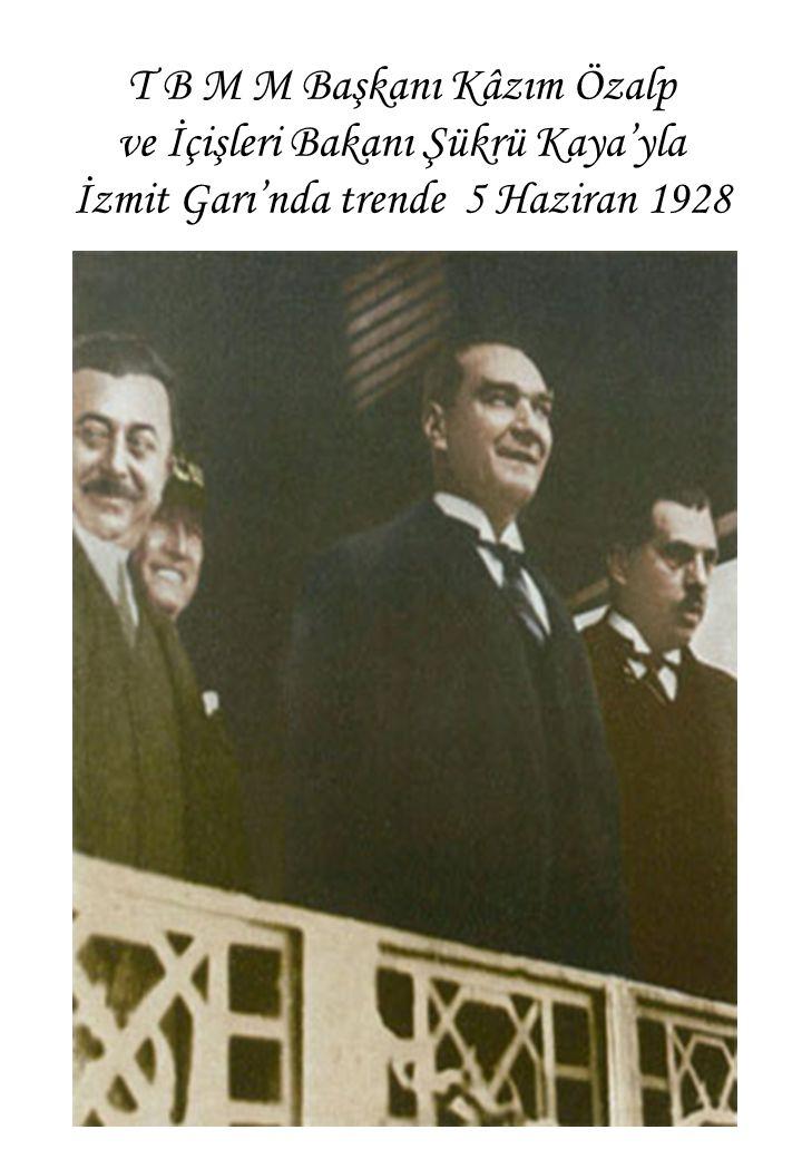 T B M M Başkanı Kâzım Özalp ve İçişleri Bakanı Şükrü Kaya'yla İzmit Garı'nda trende 5 Haziran 1928