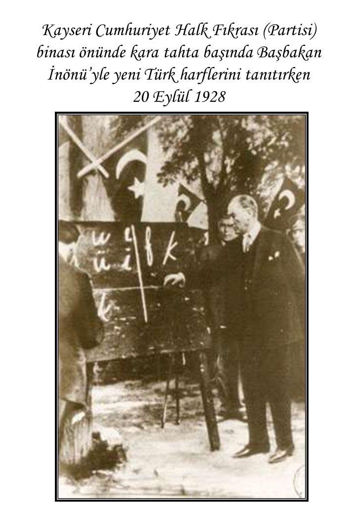 Kayseri Cumhuriyet Halk Fıkrası (Partisi) binası önünde kara tahta başında Başbakan İnönü'yle yeni Türk harflerini tanıtırken 20 Eylül 1928