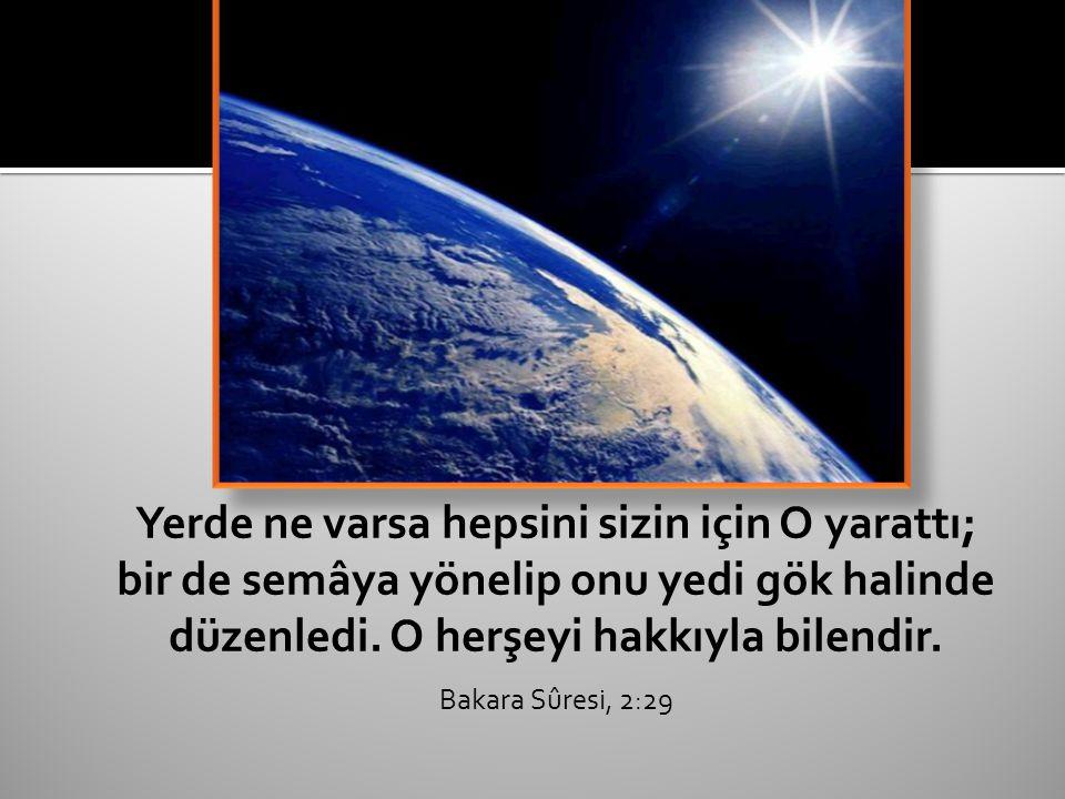 Yerde ne varsa hepsini sizin için O yarattı; bir de semâya yönelip onu yedi gök halinde düzenledi.