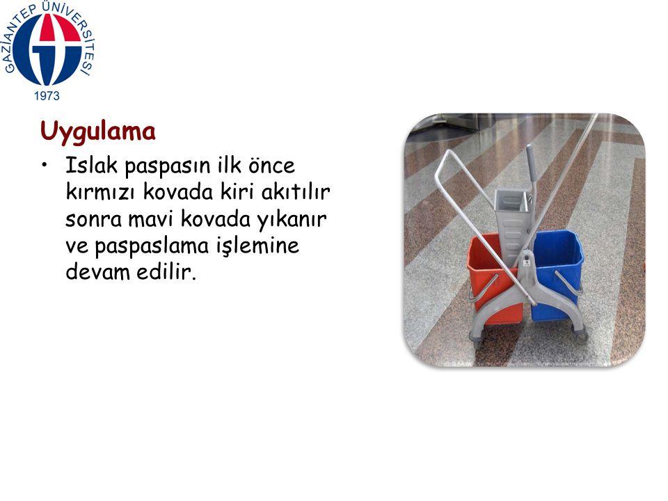 Uygulama Islak paspasın ilk önce kırmızı kovada kiri akıtılır sonra mavi kovada yıkanır ve paspaslama işlemine devam edilir.
