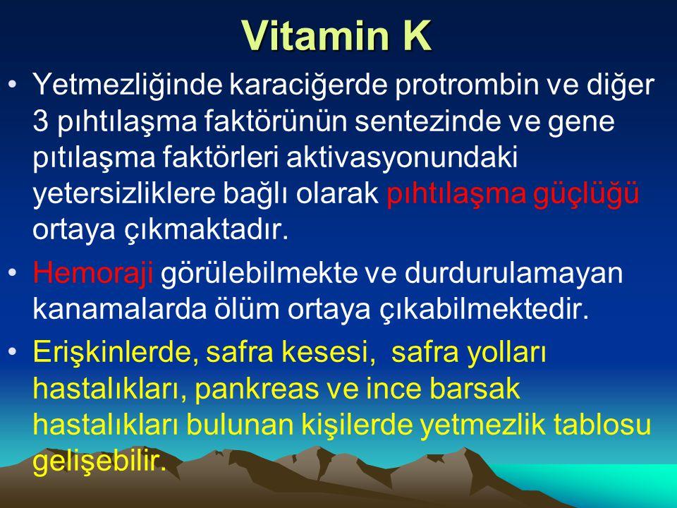 Vitamin K Yetmezliğinde karaciğerde protrombin ve diğer 3 pıhtılaşma faktörünün sentezinde ve gene pıtılaşma faktörleri aktivasyonundaki yetersizliklere bağlı olarak pıhtılaşma güçlüğü ortaya çıkmaktadır.