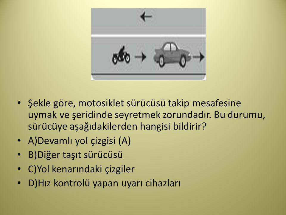 Şekle göre, motosiklet sürücüsü takip mesafesine uymak ve şeridinde seyretmek zorundadır.