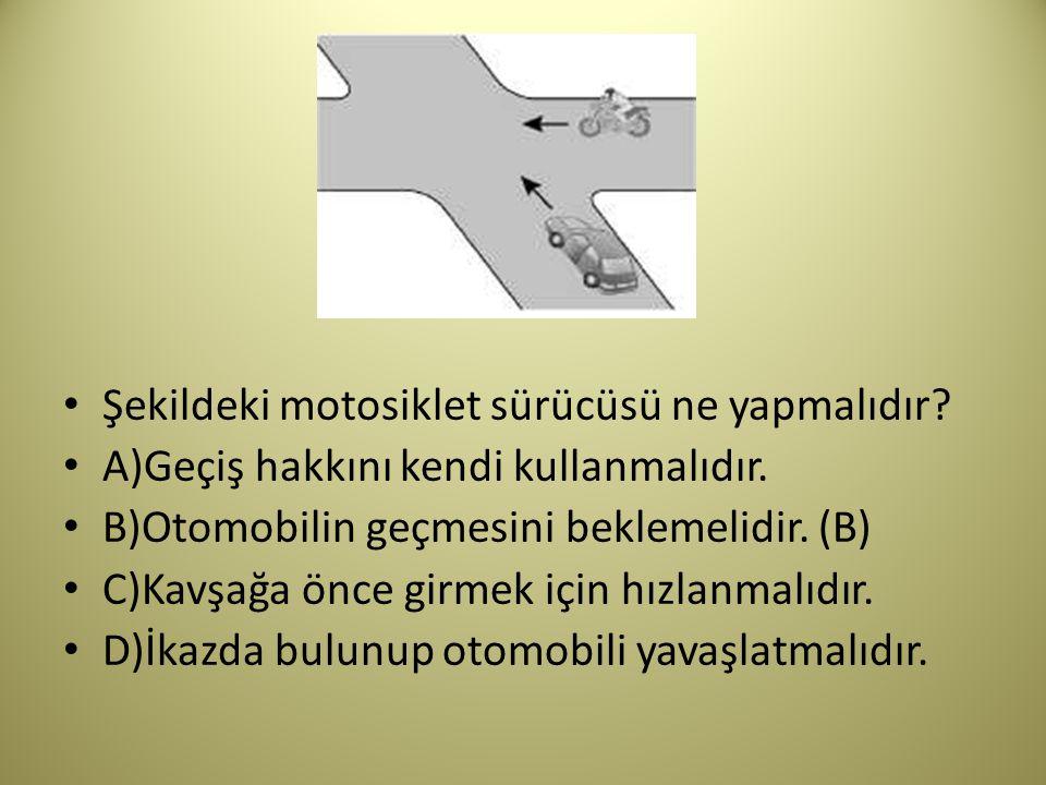 Şekildeki motosiklet sürücüsü ne yapmalıdır.A)Geçiş hakkını kendi kullanmalıdır.