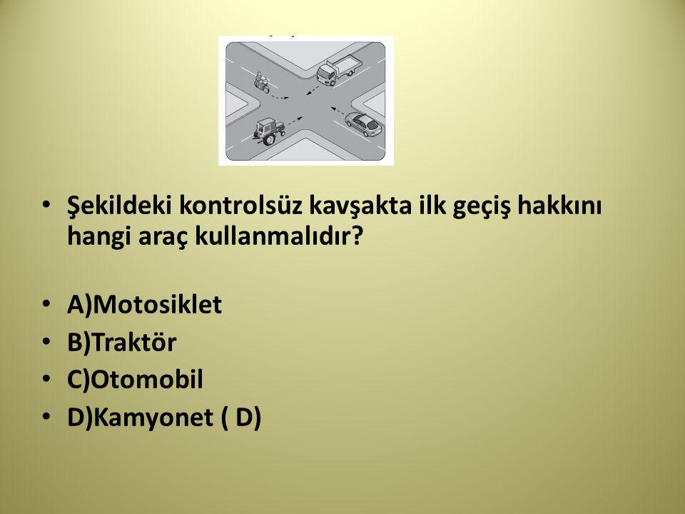 Şekildeki kontrolsüz kavşakta ilk geçiş hakkını hangi araç kullanmalıdır.