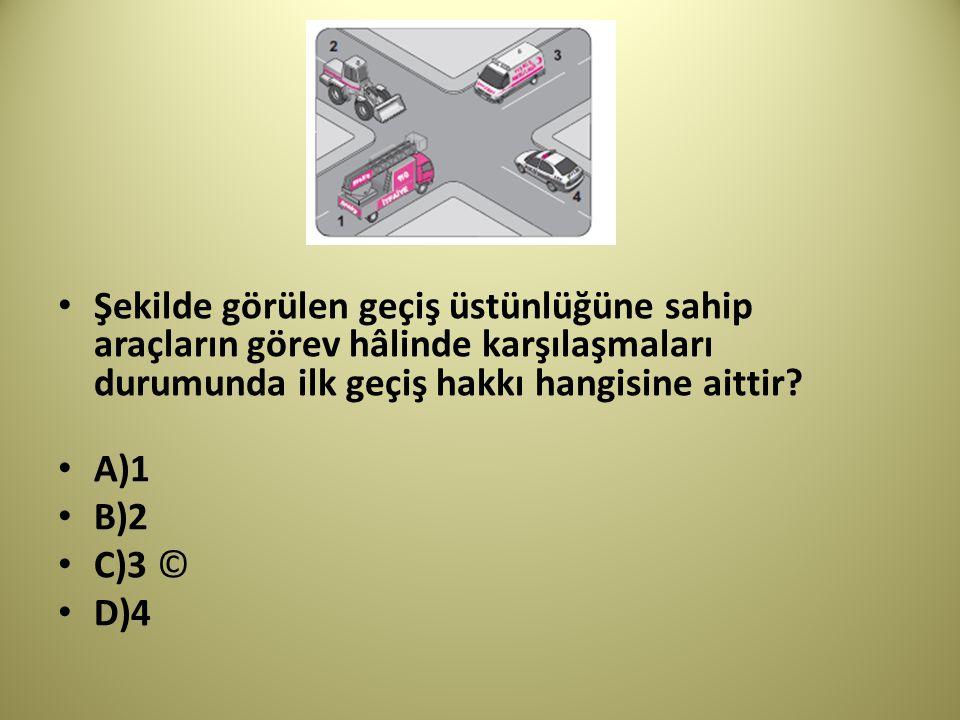 Şekilde görülen geçiş üstünlüğüne sahip araçların görev hâlinde karşılaşmaları durumunda ilk geçiş hakkı hangisine aittir.