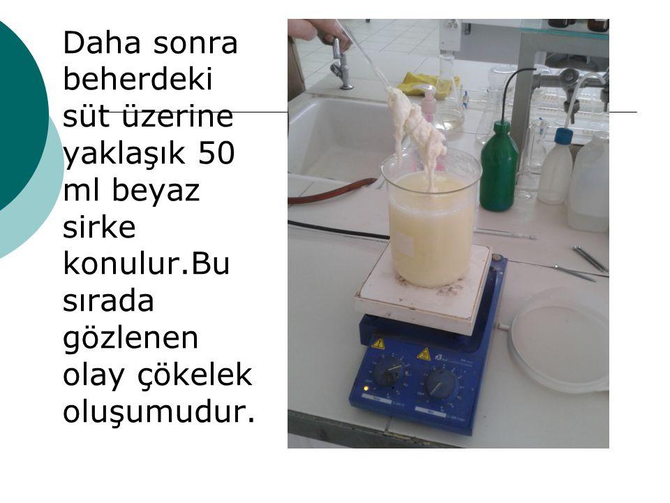 Daha sonra beherdeki süt üzerine yaklaşık 50 ml beyaz sirke konulur.Bu sırada gözlenen olay çökelek oluşumudur.