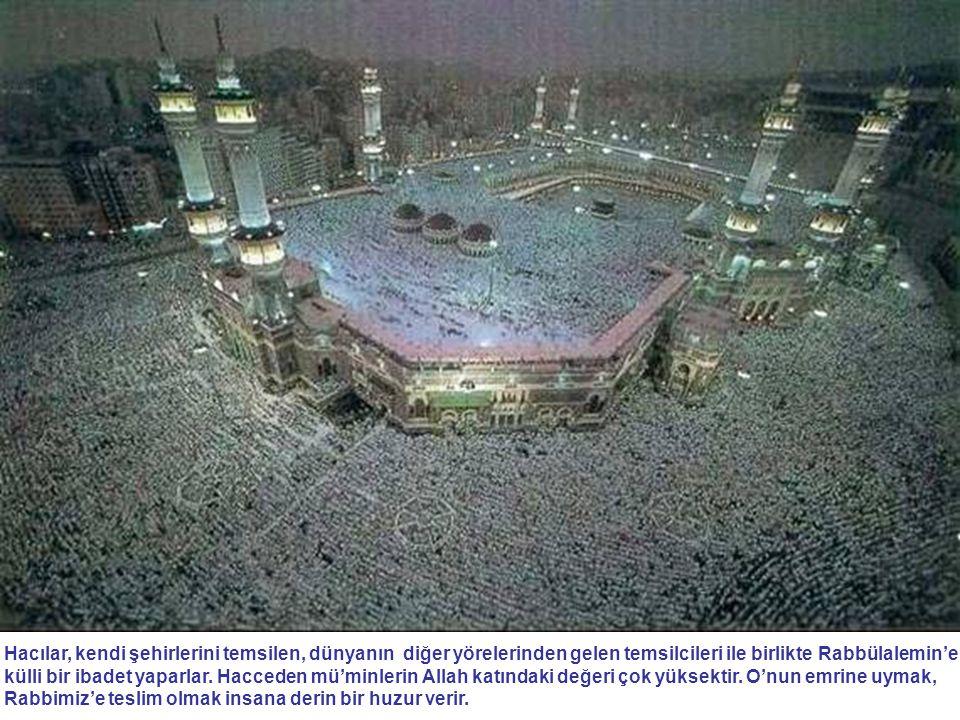 Hacılar, kendi şehirlerini temsilen, dünyanın diğer yörelerinden gelen temsilcileri ile birlikte Rabbülalemin'e külli bir ibadet yaparlar. Hacceden mü
