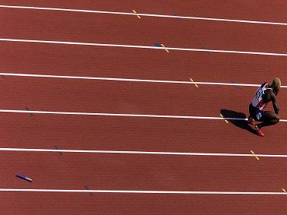 - Tüm koşucular kendi kulvarlarında koşarlar, - Bayrak değiştirme alanı, pisti enine kesen 5cm'lik çizgilerle belirlenmiştir, - 4x100 metrede bayrak alacak atlet, hız alma koşusuna değiştirme alanının en çok 10 metre gerisinden başlayabilir, - Bayrak, 20 metrelik değiştirme alanında el değiştirmelidir,