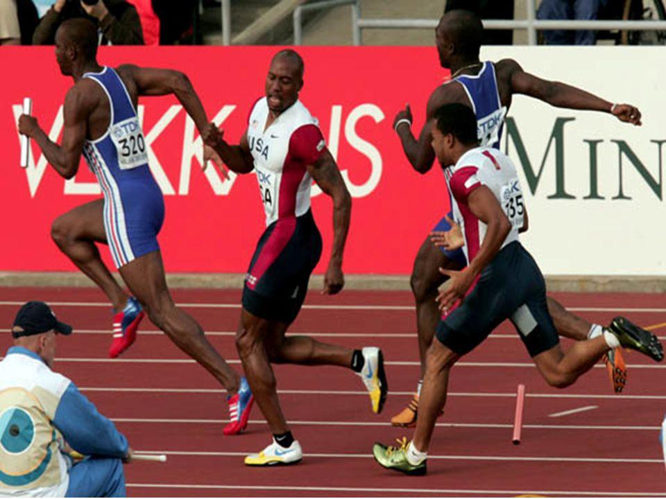 Değiştirme alanında olabilecek hatalar için bayrağın pozisyonu gözlemlenmelidir, Bayrak değişimi, alan sporcu bayrağa temas ettiği anda başlar, sadece alan koşucunun elinde olduğu anda tamamlanır,