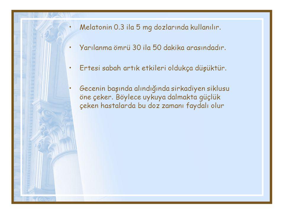 Melatonin 0.3 ila 5 mg dozlarında kullanılır. Yarılanma ömrü 30 ila 50 dakika arasındadır. Ertesi sabah artık etkileri oldukça düşüktür. Gecenin başın