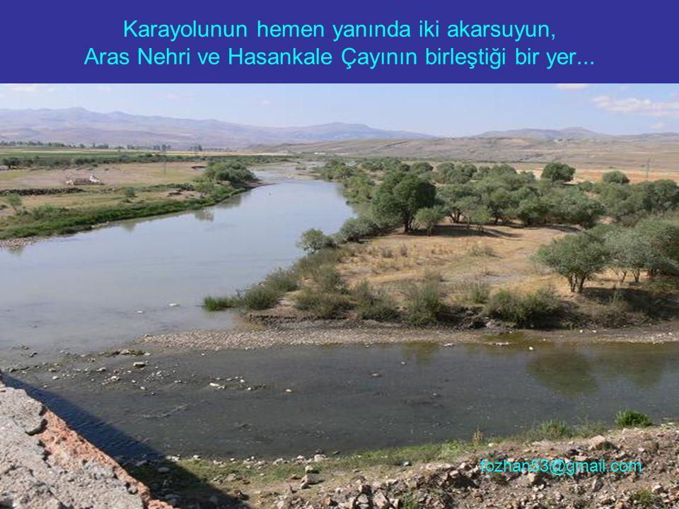 Karayolunun hemen yanında iki akarsuyun, Aras Nehri ve Hasankale Çayının birleştiği bir yer...