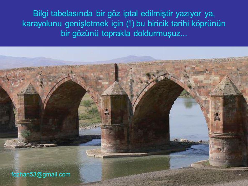 Bilgi tabelasında bir göz iptal edilmiştir yazıyor ya, karayolunu genişletmek için (!) bu biricik tarihi köprünün bir gözünü toprakla doldurmuşuz... f