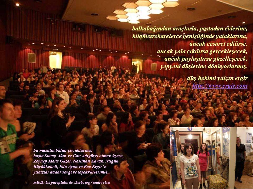 Gösteriden sonra salonu doldurmuş 7'den 77'ye tüm çocuklar Sunay Akın'ı bir okul müsameresi sonrasındaki sınıf arkadaşları gibi alkışlıyorlarmış.