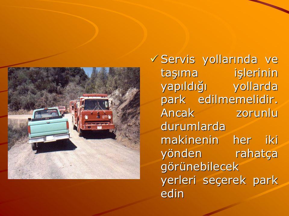Servis yollarında ve taşıma işlerinin yapıldığı yollarda park edilmemelidir. Ancak zorunlu durumlarda makinenin her iki yönden rahatça görünebilecek y