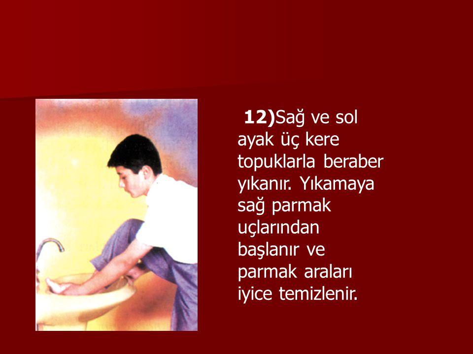 12)Sağ ve sol ayak üç kere topuklarla beraber yıkanır. Yıkamaya sağ parmak uçlarından başlanır ve parmak araları iyice temizlenir.