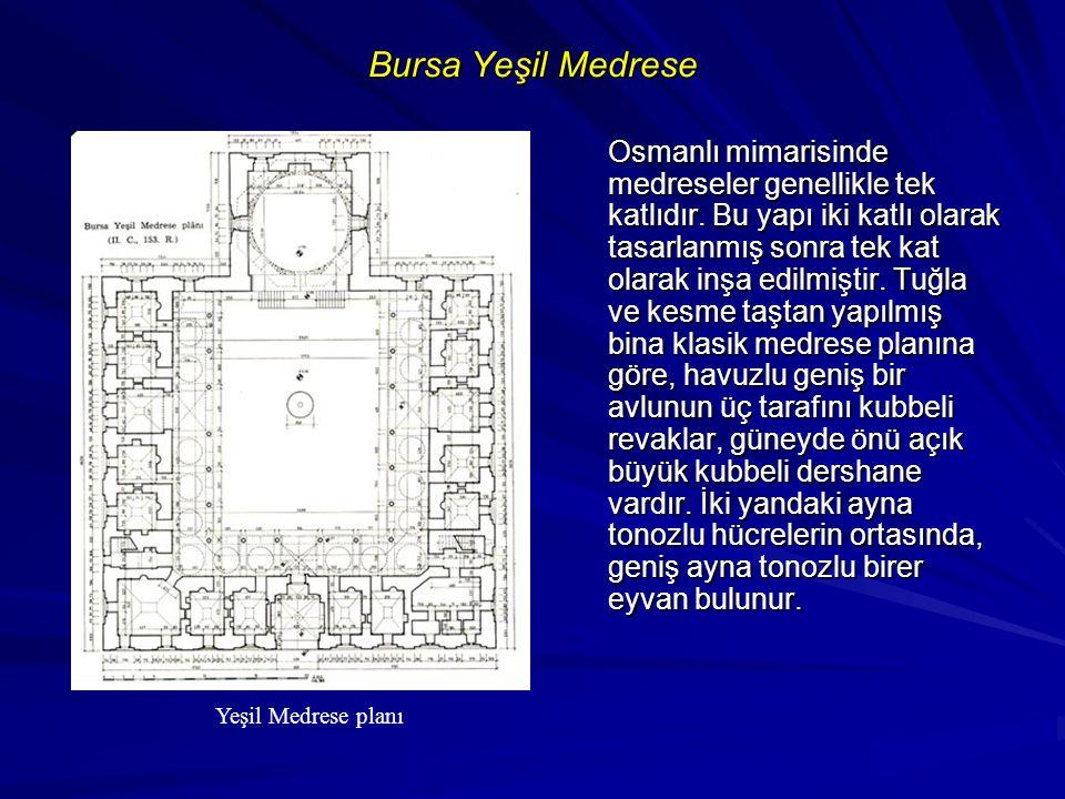 Bursa Yeşil Medrese Osmanlı mimarisinde medreseler genellikle tek katlıdır. Bu yapı iki katlı olarak tasarlanmış sonra tek kat olarak inşa edilmiştir.