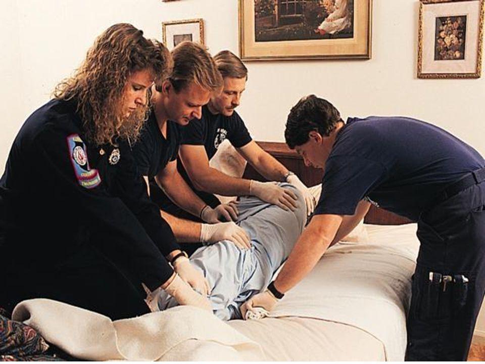 Bir Battaniye İle Geçici Sedye Oluşturma Tek bir battaniye ile sedye oluşturmada ise battaniye yere serilir kenarları rulo yapılır. Yaralı üzerine yat