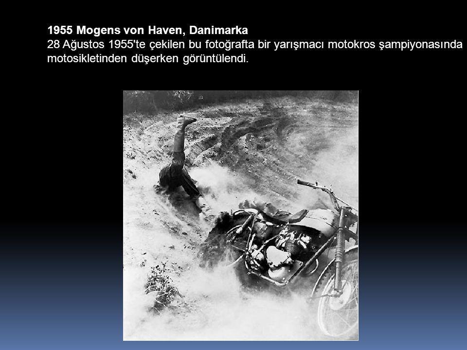 1955 Mogens von Haven, Danimarka 28 Ağustos 1955 te çekilen bu fotoğrafta bir yarışmacı motokros şampiyonasında motosikletinden düşerken görüntülendi.