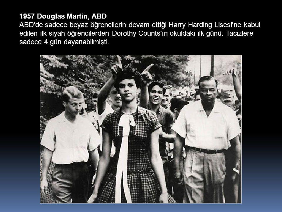 1957 Douglas Martin, ABD ABD de sadece beyaz öğrencilerin devam ettiği Harry Harding Lisesi ne kabul edilen ilk siyah öğrencilerden Dorothy Counts ın okuldaki ilk günü.