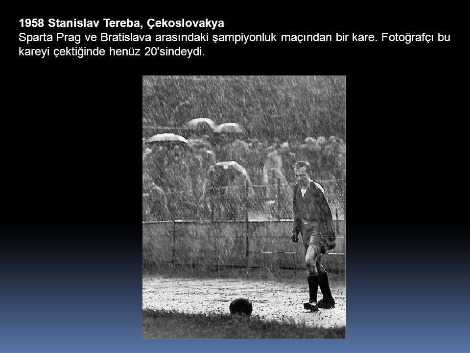 1958 Stanislav Tereba, Çekoslovakya Sparta Prag ve Bratislava arasındaki şampiyonluk maçından bir kare.