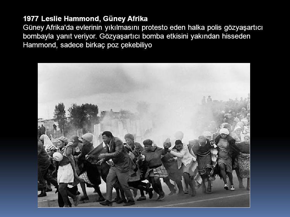 1977 Leslie Hammond, Güney Afrika Güney Afrika da evlerinin yıkılmasını protesto eden halka polis gözyaşartıcı bombayla yanıt veriyor.