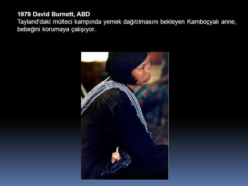 1979 David Burnett, ABD Tayland daki mülteci kampında yemek dağıtılmasını bekleyen Kamboçyalı anne, bebeğini korumaya çalışıyor.