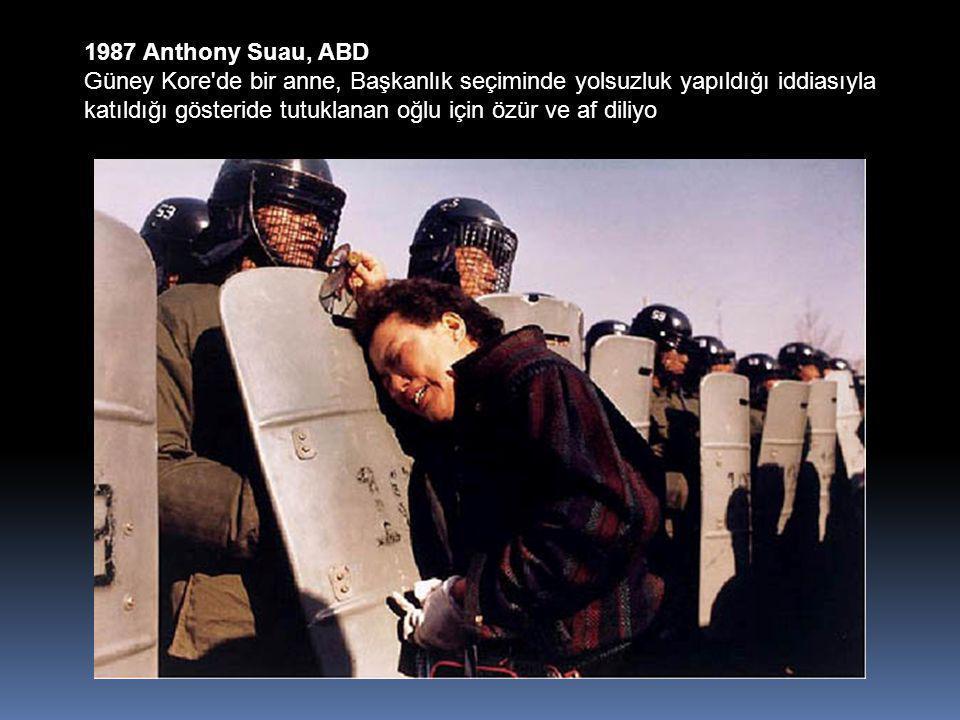 1987 Anthony Suau, ABD Güney Kore de bir anne, Başkanlık seçiminde yolsuzluk yapıldığı iddiasıyla katıldığı gösteride tutuklanan oğlu için özür ve af diliyo