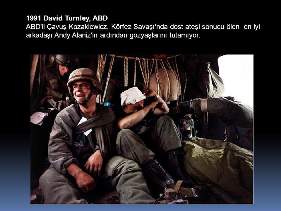1991 David Turnley, ABD ABD li Çavuş Kozakiewicz, Körfez Savaşı nda dost ateşi sonucu ölen en iyi arkadaşı Andy Alaniz in ardından gözyaşlarını tutamıyor.
