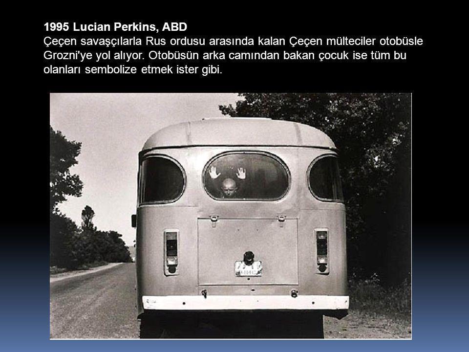 1995 Lucian Perkins, ABD Çeçen savaşçılarla Rus ordusu arasında kalan Çeçen mülteciler otobüsle Grozni ye yol alıyor.