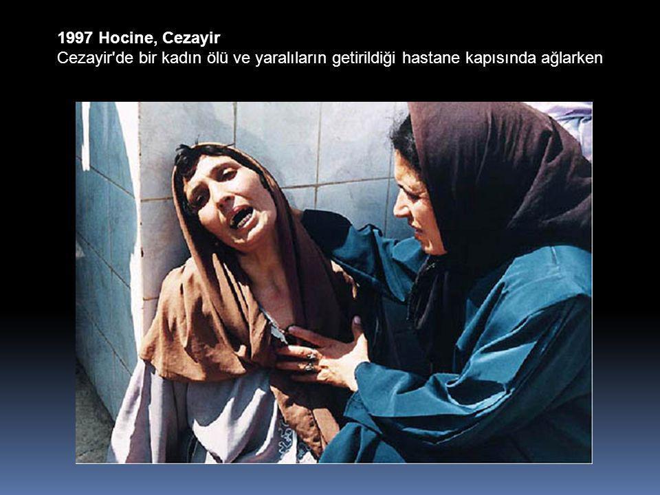 1997 Hocine, Cezayir Cezayir de bir kadın ölü ve yaralıların getirildiği hastane kapısında ağlarken
