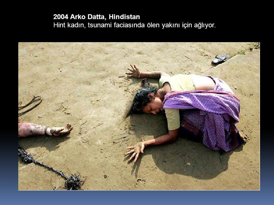 2004 Arko Datta, Hindistan Hint kadın, tsunami faciasında ölen yakını için ağlıyor.