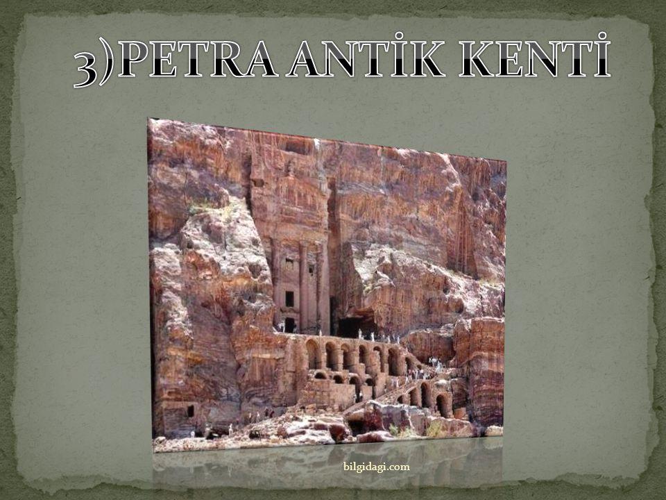 Heykel tapınağa ancak sığabiliyordu, öyle ki Zeus ayağa kalksa tapınağın tavanı yıkılacakmış gibi bir hava veriyordu.