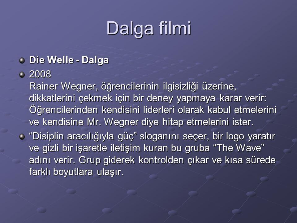 Dalga filmi Die Welle - Dalga 2008 Rainer Wegner, öğrencilerinin ilgisizliği üzerine, dikkatlerini çekmek için bir deney yapmaya karar verir: Öğrencilerinden kendisini liderleri olarak kabul etmelerini ve kendisine Mr.