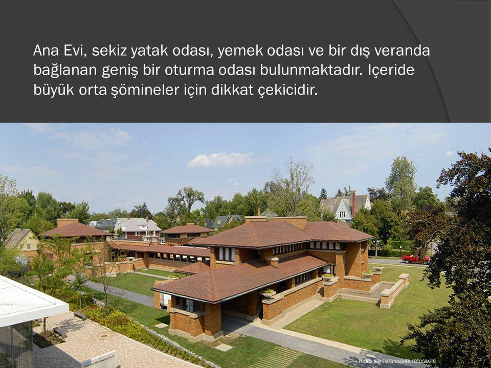Ana Evi, sekiz yatak odası, yemek odası ve bir dış veranda bağlanan geniş bir oturma odası bulunmaktadır.