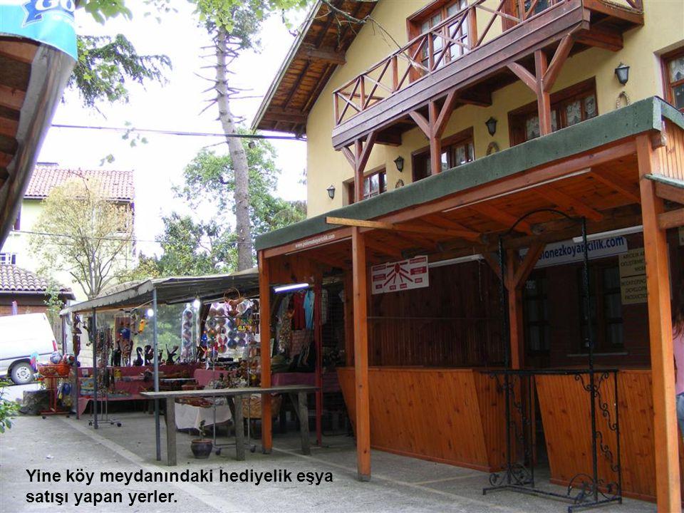 Köy meydanındaki şirin kahve Yine köy meydanındaki hediyelik eşya satışı yapan yerler.