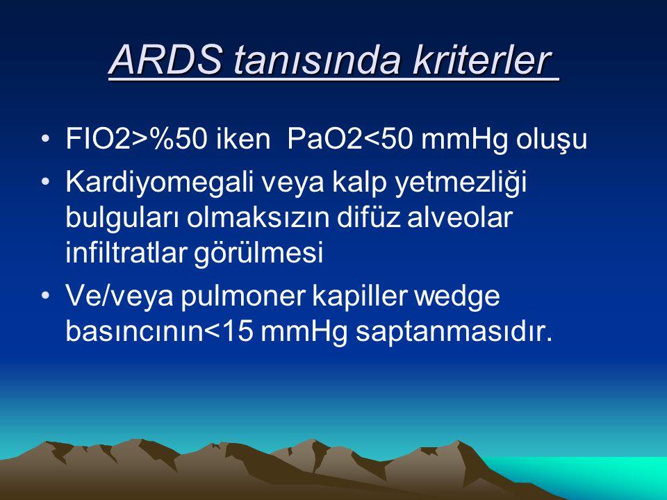 ARDS tanısında kriterler ARDS tanısında kriterler FIO2>%50 iken PaO2<50 mmHg oluşu Kardiyomegali veya kalp yetmezliği bulguları olmaksızın difüz alveolar infiltratlar görülmesi Ve/veya pulmoner kapiller wedge basıncının<15 mmHg saptanmasıdır.
