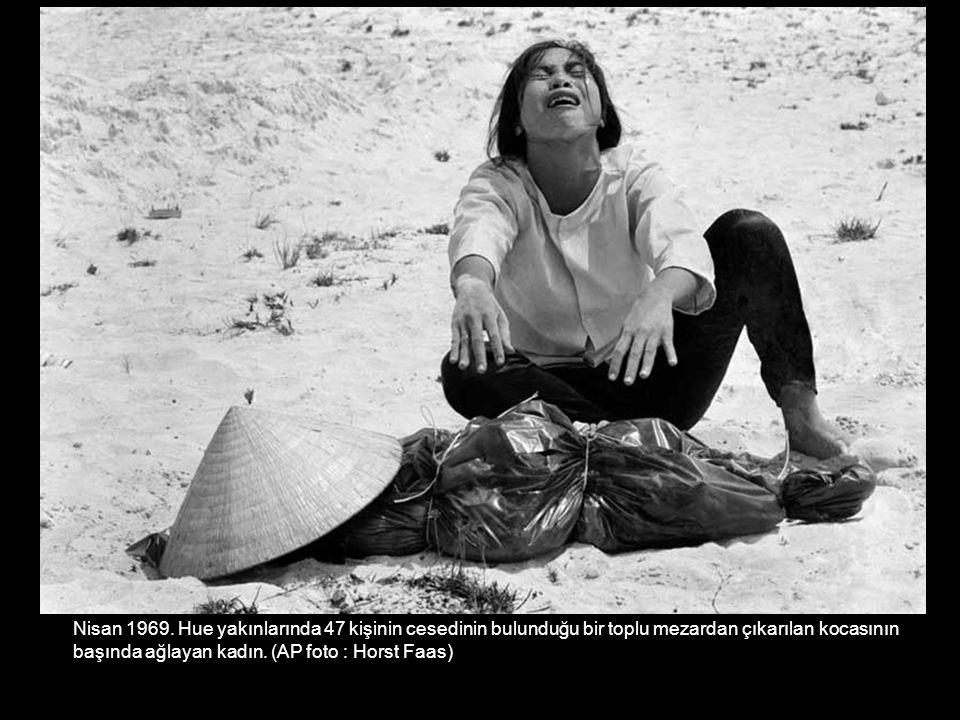 Nisan 1969. Hue yakınlarında 47 kişinin cesedinin bulunduğu bir toplu mezardan çıkarılan kocasının başında ağlayan kadın. (AP foto : Horst Faas)