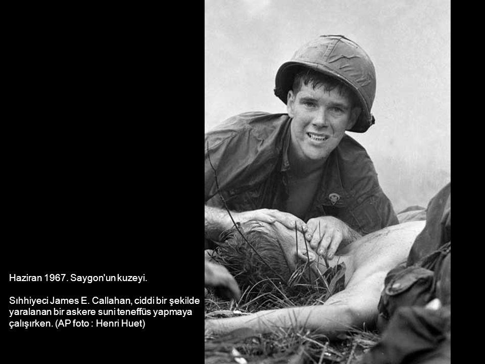 Haziran 1967. Saygon'un kuzeyi. Sıhhiyeci James E. Callahan, ciddi bir şekilde yaralanan bir askere suni teneffüs yapmaya çalışırken. (AP foto : Henri