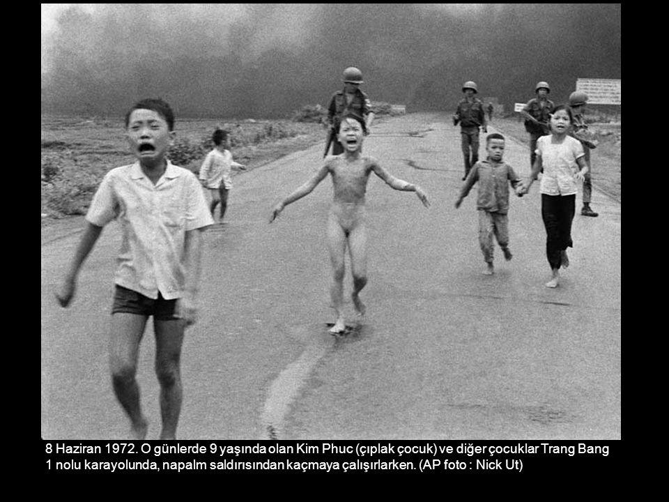 8 Haziran 1972. O günlerde 9 yaşında olan Kim Phuc (çıplak çocuk) ve diğer çocuklar Trang Bang 1 nolu karayolunda, napalm saldırısından kaçmaya çalışı