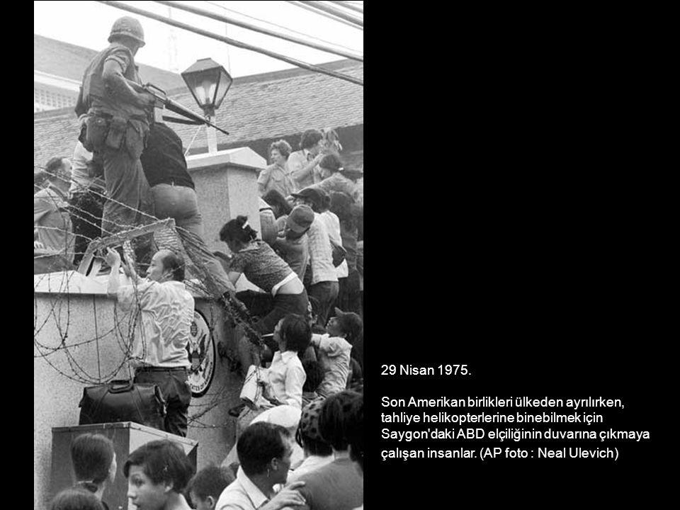 29 Nisan 1975. Son Amerikan birlikleri ülkeden ayrılırken, tahliye helikopterlerine binebilmek için Saygon'daki ABD elçiliğinin duvarına çıkmaya çalış