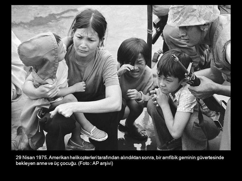 29 Nisan 1975. Amerikan helikopterleri tarafından alındıktan sonra, bir amfibik geminin güvertesinde bekleyen anne ve üç çocuğu. (Foto : AP arşivi)
