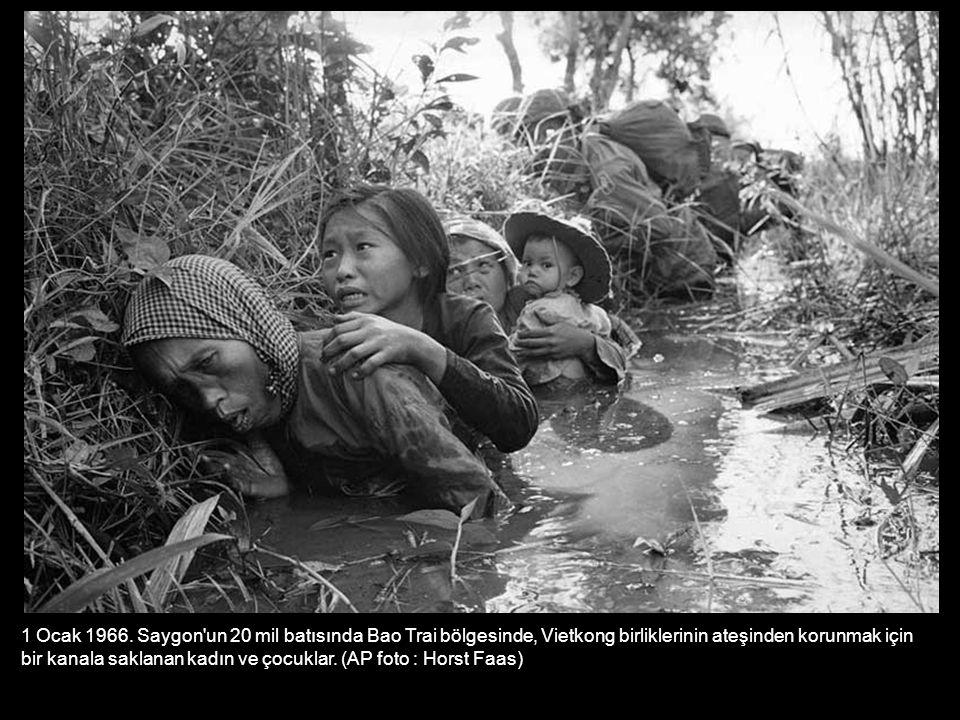 1 Ocak 1966. Saygon'un 20 mil batısında Bao Trai bölgesinde, Vietkong birliklerinin ateşinden korunmak için bir kanala saklanan kadın ve çocuklar. (AP