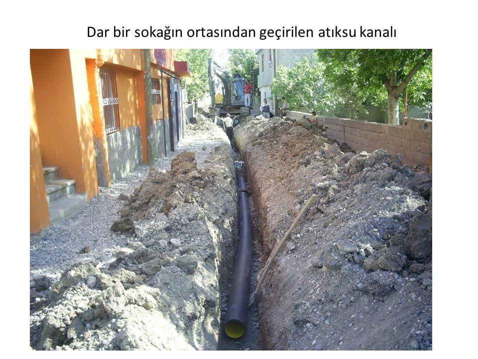 Dar bir sokağın ortasından geçirilen atıksu kanalı