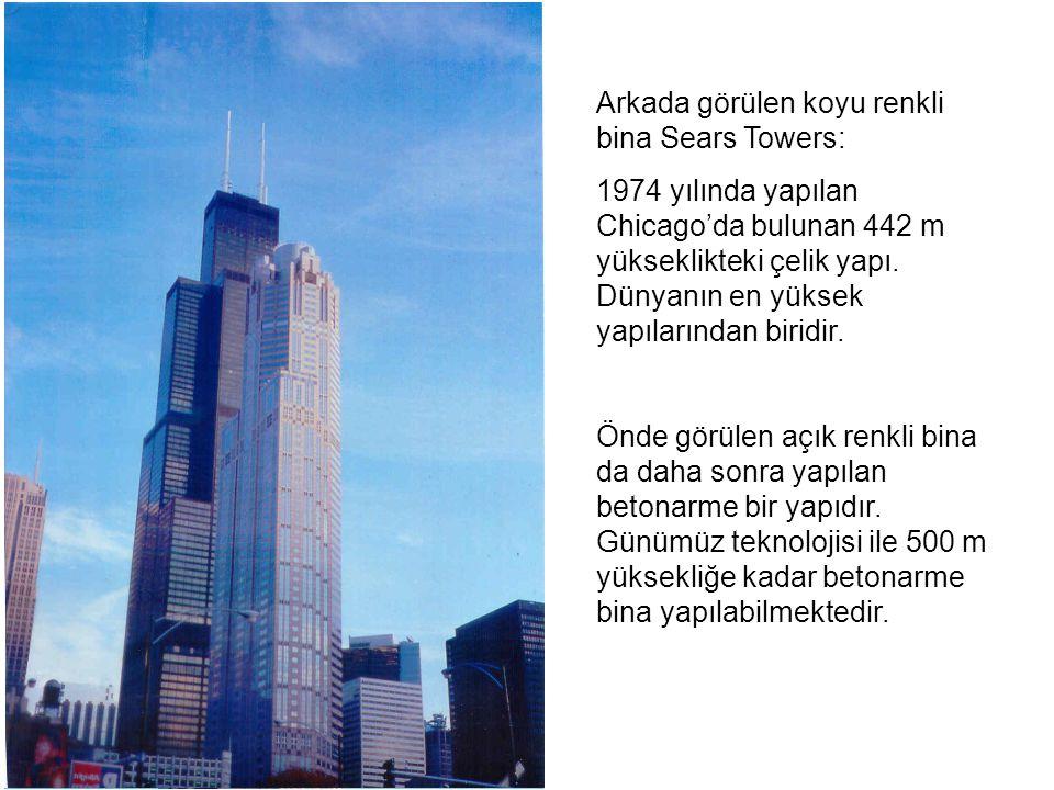 Arkada görülen koyu renkli bina Sears Towers: 1974 yılında yapılan Chicago'da bulunan 442 m yükseklikteki çelik yapı. Dünyanın en yüksek yapılarından